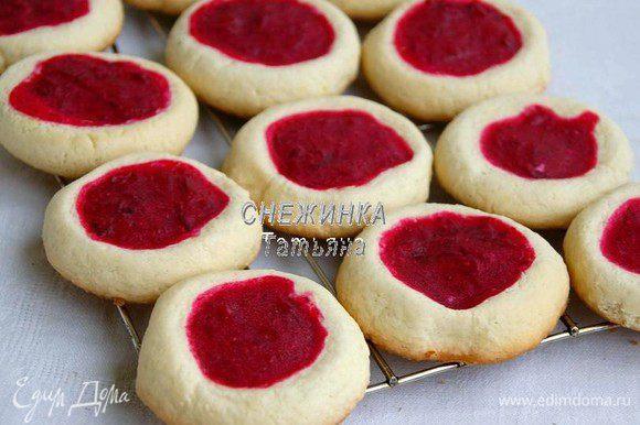 Выпекаем печенье в разогретой до 200С духовке 13-15 минут. Оно остаётся светлым, немного зарумянивается низ. Готовое печенье остужаем на решётке.