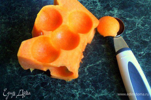 Подготовим овощи и фрукты для маринования. Тыкву нарезать кубиками или, как я специальной ложкой, шариками.