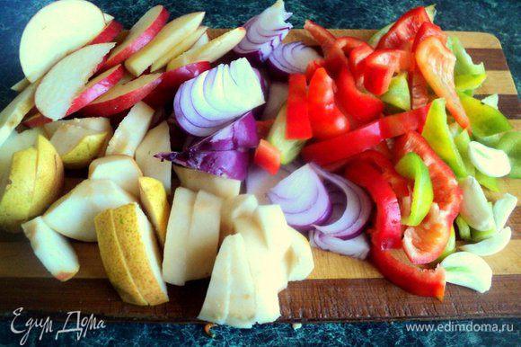 Сладкий перец порезать крупной соломкой, перец чили маленькими кусочками. Яблоки и груши разрезать на четвертинки, удалить семена и нарезать дольками. Лук и чеснок почистить и порезать дольками, чеснок можно оставить целым.