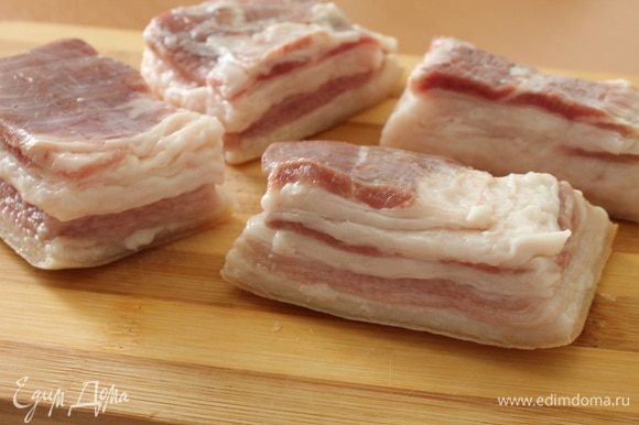 Свежее сало обязательно выдержать сутки в холодильнике. Сало сполоснуть водой, хорошо почистить ножом, особенно шкурку. Нарезать на куски 7-10 см величиной.