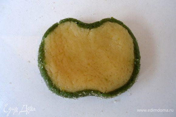 С противоположных сторон диска сделать углубления, имитируя яблоко.