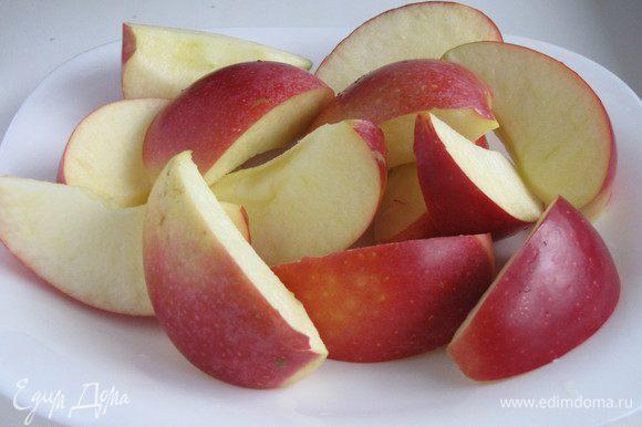 Яблоки вымыть, удалить семечки, порезать кусочками. Шкурку удалять не надо, в ней витамины.)))