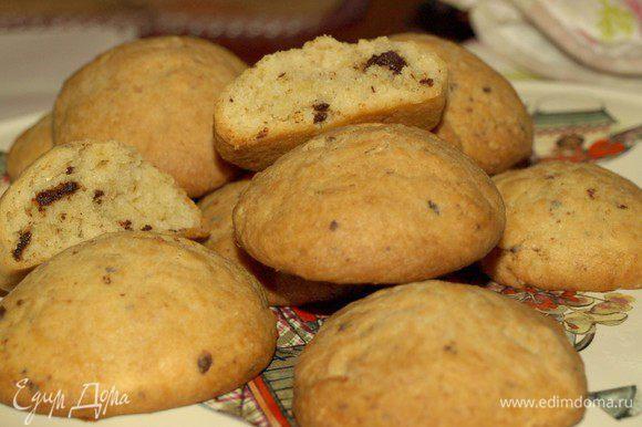 Духовку разогреть до 180 градусов и выпекать печенье до золотистого цвета. Главное — печенья не передержать. Муки может понадобиться меньше или больше указанного, это зависит от качества муки, масла и творога.