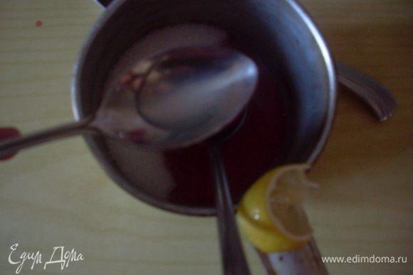 Смешать сахар, клубничный сок и лимонный сок. Довести на среднем огне до кипения, стараться не мешать. Следить, чтобы сироп не переварился - как только станет гуще и цвет чуть потемнеет убрать с огня.
