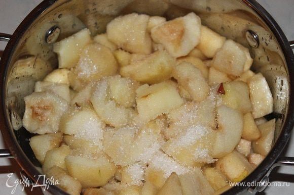 Груши вымыть, очистить от кожуры, удалить сердцевину и разрезать небольшими кубиками, засыпать сахаром и полить соком 1 лимона, но тут опять же на любителя, если вы любите сладкое варенье, можете добавить еще немного сахара. Оставить примерно на час, Чтобы груши дали сок, перемешать и оставить еще на 30 минут, чтобы сахар растаял.