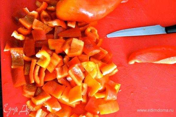 Овощи нарезать - баклажаны и сладкий перец кубиками, лук крупными полосочками...