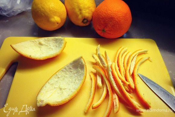 возьмем лимоны и апельсины ,разрежем их на четыре части, аккуратно отделим мякоть от кожуры...корки для варения нам не нужны ,но мы их не выбрасываем....а делаем из них цукаты ...рецепт цукатов вы найдете здесь... http://www.edimdoma.ru/retsepty/45002-tsukaty-iz-apelsinovyh-korochek