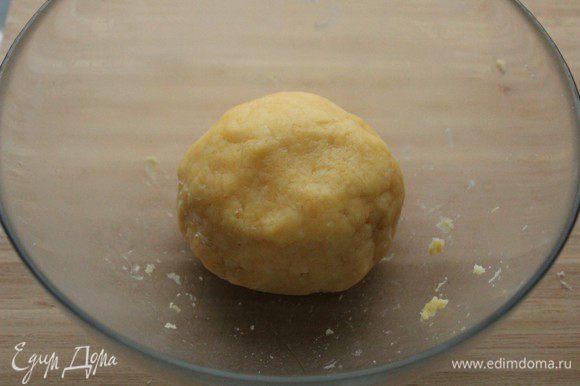 Добавить яйца и молоко, замесить тесто. Накрыть полотенцем или затянуть пленкой и оставить на 30 минут.