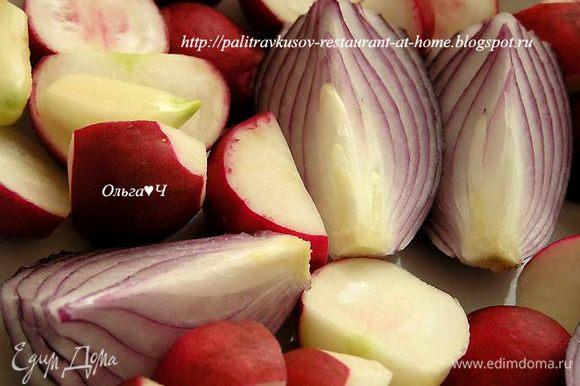 Промыть, очистить и крупно нарезать овощи.