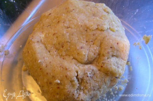 В конце добавляем желтки и домешиваем тесто руками, формируем шар. Заворачиваем его в пищевую пленку и отправляем в холодильник на 1 час.