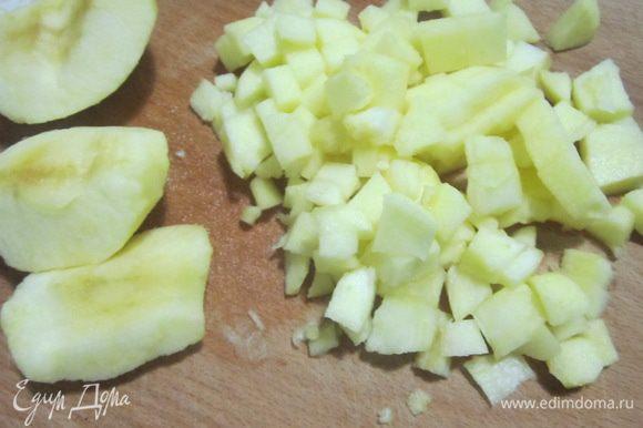 Яблоки порезать небольшим кубиком.