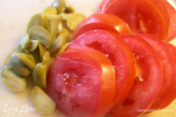 Помидор режем дольками, оливки измельчаем.