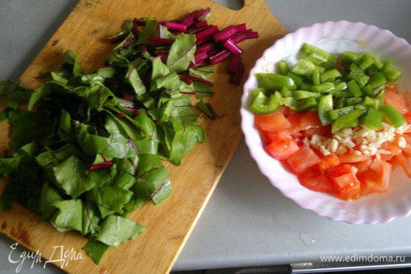 Нарезаем овощи мелко либо трем на крупной терке. Бекон/сало нарезаем мелкой соломкой. Все ингредиенты должны быть примерно одинакового размера.