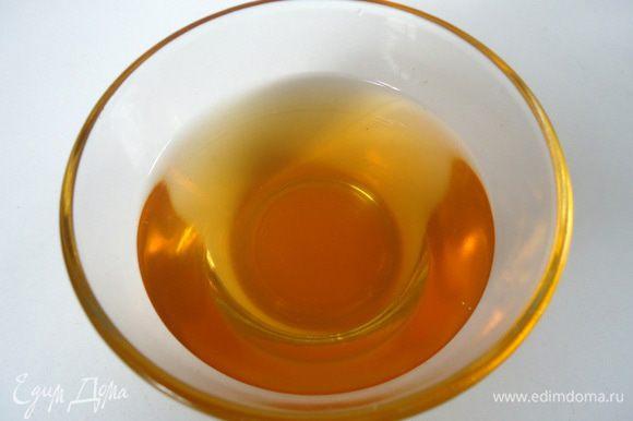 Для сиропа смешать апельсиновый сироп и воду, вскипятить. Добавить настойку, остудить.