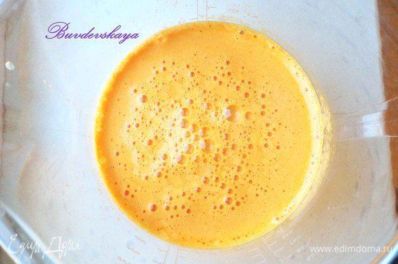 При помощи соковыжималки выжать сок из тыквы, апельсина и моркови. Добавить кленовый сироп и тыквенное масло (по желанию), размешать. Разлить по красивым бокалам и подавать. ENJOY !