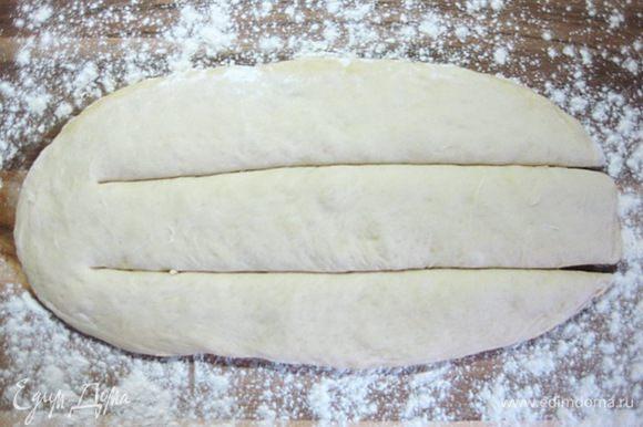 Разрезать тесто на три полоски.