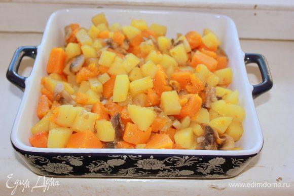Жаропрочную форму смажьте сливочным маслом, посыпьте панировочными сухарями. Выложите содержимое сотейника в жаропрочную форму.