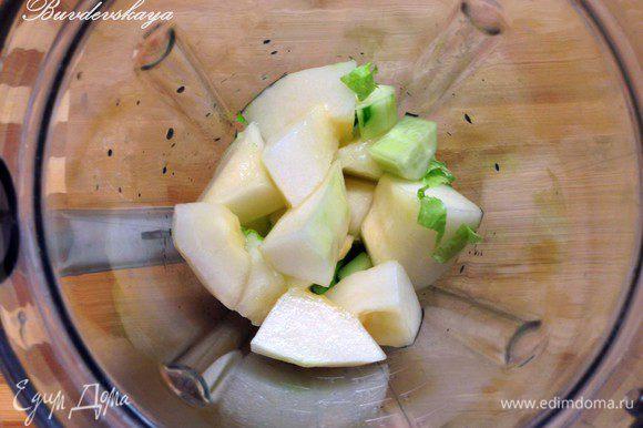 Выложить нарезанные ингредиенты в чашу блендера, добавить воду и оливковое масло и измельчить. Посолить, поперчить по вкусу. Разлить по бокалам и украсить розовым перцем. ENJOY !