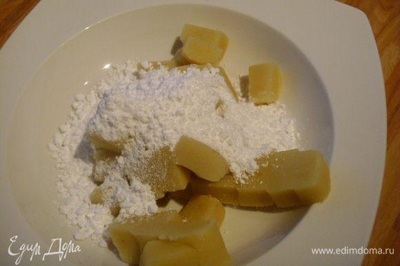 Вмешать в марципан сахарную пудру. Я даю половину количества марципана. Так получается корж тоньше и на мой взгляд нежней.