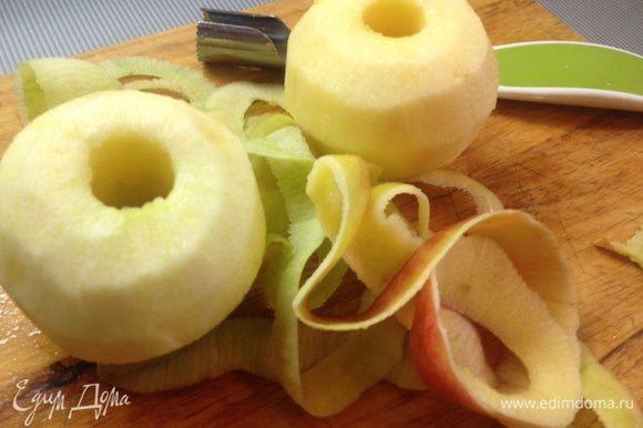 Пока лепешки ждут своего часа, приготовим пюре. Яблоки очищаем от кожуры.