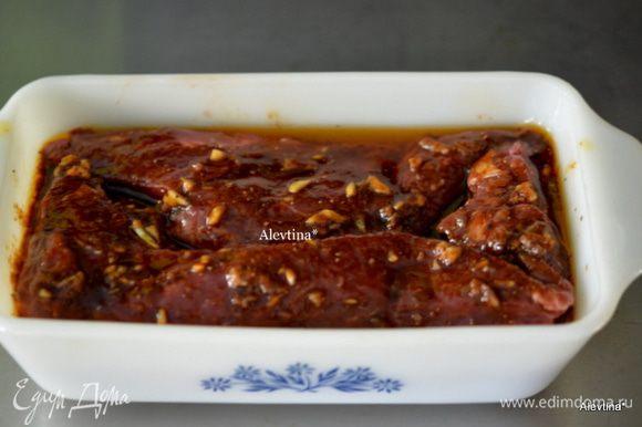 Выложить говядину/пашина/ в емкость удобную и вылить приготовленный на нее маринад. По рецепту предлагается мариновать 10 мин. и на гриль. Я мариновала несколько часов в холодильнике.