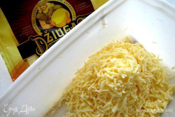 """Натираем сыр (отлично подойдёт ароматный """"Джюгас""""!) и через 15 минут посыпаем на омлетик."""