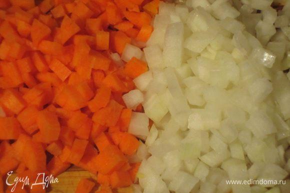 Лук и морковь нарезать кубиками.
