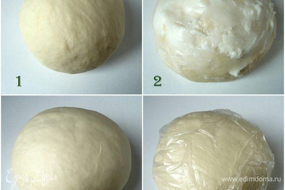 Замесить тесто, смазать его обильно размягченным жиром, немного отделив от общего количества ~ 30 гр. Хорошо его вымесить до гладкого состояния. Завернуть в пакет и убрать в холод на несколько часов, можно на сутки.
