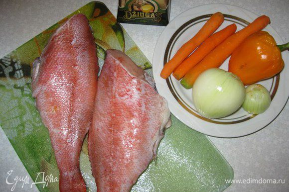 Рыбу (у меня морской красный окунь) почистить, помыть, отделить от костей, порезать на порционные кусочки, обсушить на бумаге (чтобы не выделялось много сока в процессе приготовления). Лук нарезать кольцами, морковь - тоненькими кружками, сыр натереть на терке.