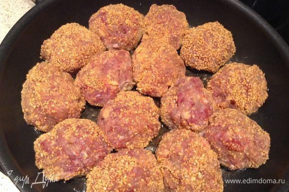 Через мясорубку пропустить мясо и хорошо вымесить + лук + яйца + соль + перец + приправа для мяса. сформировать котлеты и обвалять в сухарях. Обжарить по 5 мин. с каждой стороны.