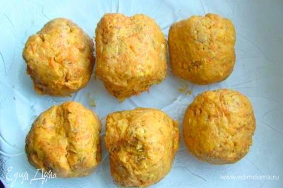 Смешать морковь, цедру апельсина, измельченные овсяные хлопья, сахар, соль, масло, муку с разрыхлителем и замесить тесто. Разделить на 6 равных частей.