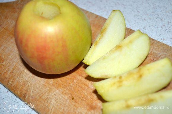 Из яблок удалить сердцевину, разрезать на 5-6 долек.