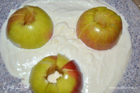 Затем обратно собрать дольки в целое яблоко и поместить в форму с чизкейком.