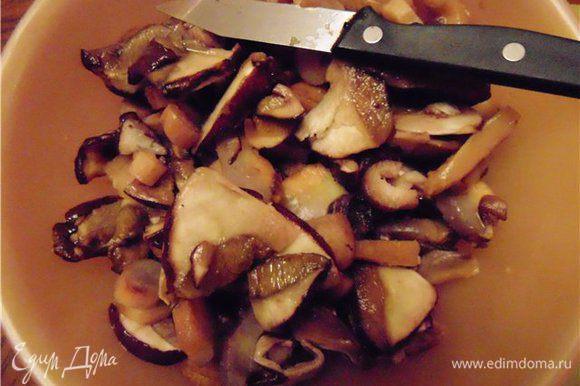Свежие грибы нарезаем средними кусочками.