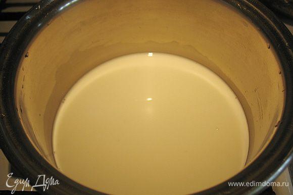В кастрюльке соединить молоко, воду, ванильный сахар, сахар, соль и прогреть.