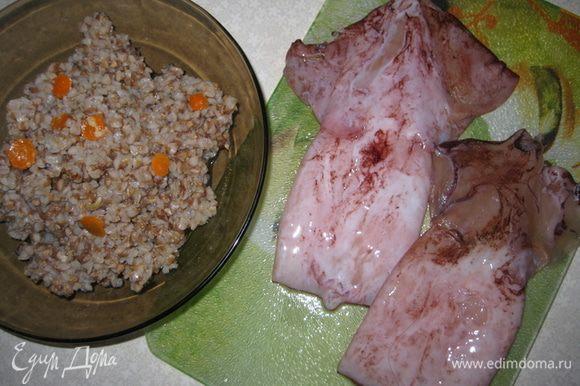 Помыть кальмары, заранее сварить гречку, морковь порезать тоненькими куружочками.