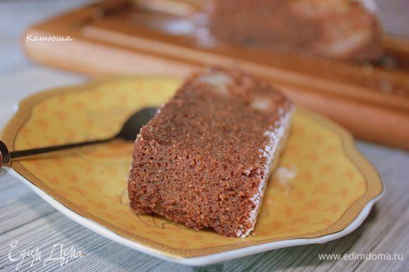 Подавать шоколадный манник со взбитыми сливками или шариком мороженого.