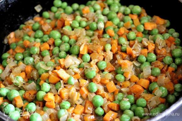 Добавить в сковороду горох, соль, бульон и столовую ложку приправы. Тушить ещё минут 5. Остудить начинку и добавить в неё мелко рубленную петрушку.