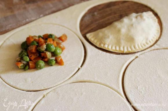 Тонко раскатать тесто. Вырезать круги (d=10-12 см) или нарезать тесто на квадраты. Выложить на тесто начинку (примерно 1,5 ст.л.), смазать края теста белком и скрепить края. Для верности закрепить края зубцами вилки.