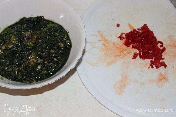 Кинзу и укроп нарубить очень мелко и добавить к массе вместе с чесноком за 20 минут до окончания варки.