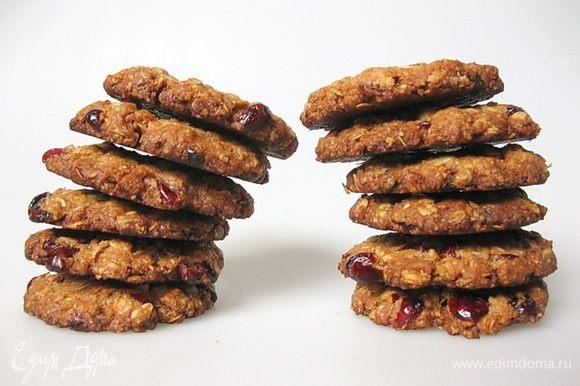 Печенье вынуть из духовки и дать постоять на противне еще минуты 3, затем выложить печенье на решетку и дать полностью остыть. Все, вкусное, ароматное и полезное печенье готово! Приятного аппетита!