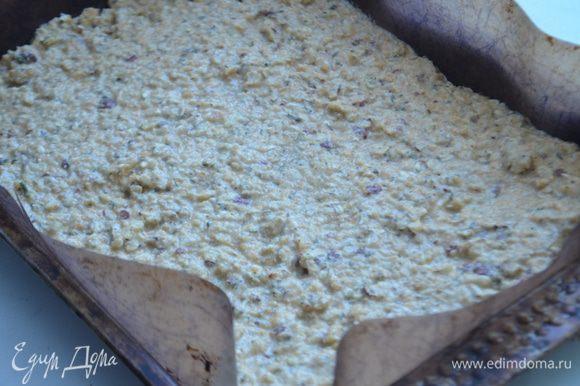 Противень застелить ковриком для выпечки, выложить на него массу толщиной 1-3 мм.