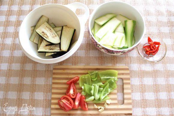 Баклажан порезать тонко (кусочки длиной 5-7 см), присолить и оставить на минут 15, чтобы выделился сок. Кабачок тонко порезать, как и баклажан. 
