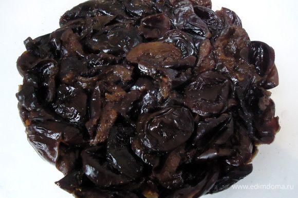Для начинки чернослив хорошо промыть. Залить водой, чуть прикрывая чернослив, поставить на огонь и распарить, вода должна почти выкипеть.