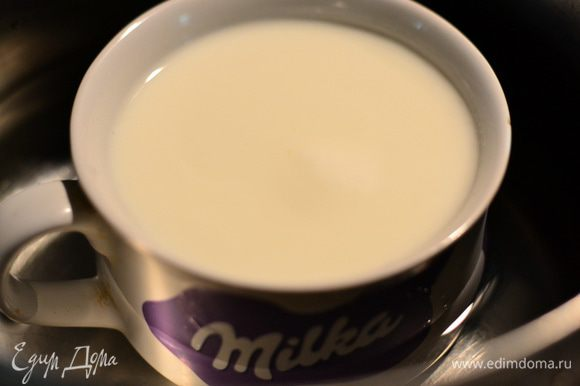 Налить в чашу кефир, поставить его в кастрюлю, заполненную половиной водой, и кипятить на среднем огне,