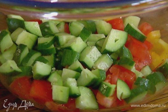 Огурцы и помидор нарезать такими же кубиками, как перец.