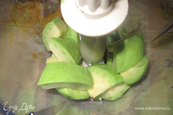 Авокадо почистить, порезать и измельчить в блендере. Очень важно, чтобы авокадо был мягким, иначе мусс может получиться с крупинками.