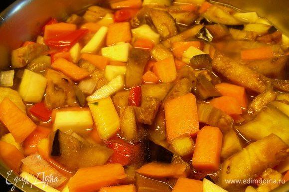 Вливаем овощной бульон и готовим на среднем огне до мягкости овощей минут 20-25.