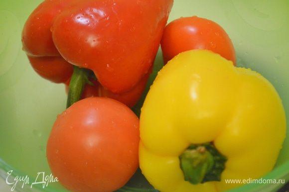 Овощи помыть, перца разрезать на половинки, семена вычистить.