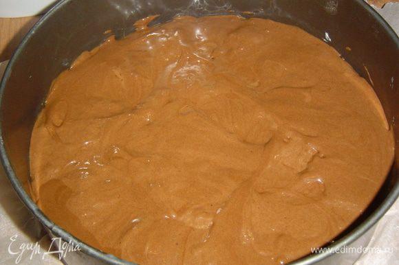 а сверху выливаем шоколадное тесто и разравниваем.